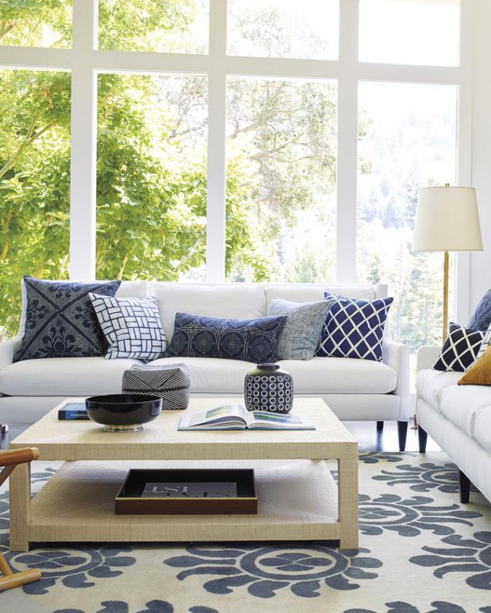 modernes-Interieur-in-frischen-Farben-kleiner-quadratischer-Wohnzimmertisch