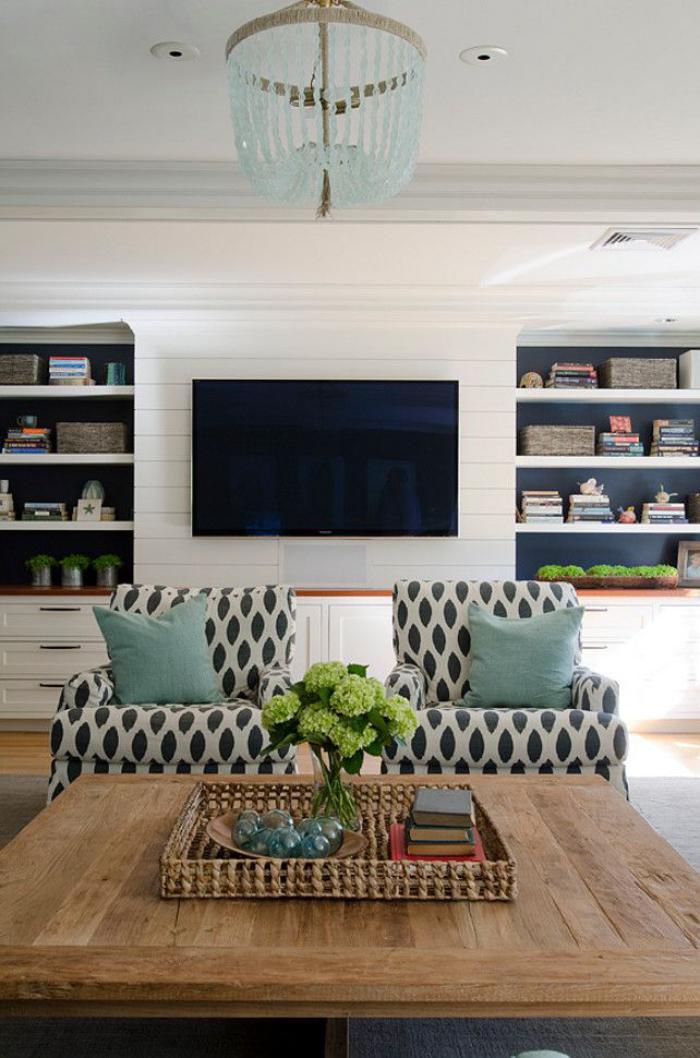 modernes-Interieur-schwarz-weiße-Sessel-Wohnzimmertisch-aus-Massivholz
