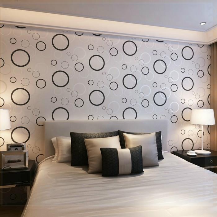 modernes-design-vom-schlafzimmer- interessante-kissen-und-schöne-tapeten