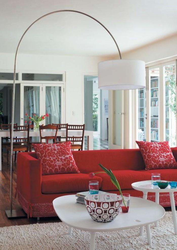 modernes-gegenwärtiges-Interieur-Designer-Leuchte-rote-Couch-Kissen-mit-floralen-Motiven