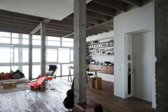 modernes-renoviertes-wohnzimmer-interessante-und-kreative-säulen
