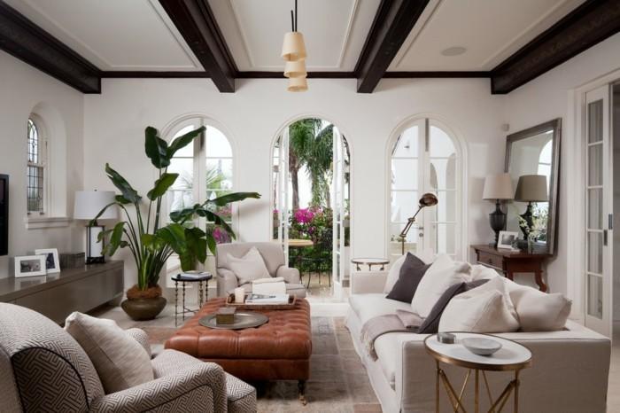 modernes-renoviertes-wohnzimmer-sehr-tolle-hölzerne-brätter-an-der-zimmerdecke