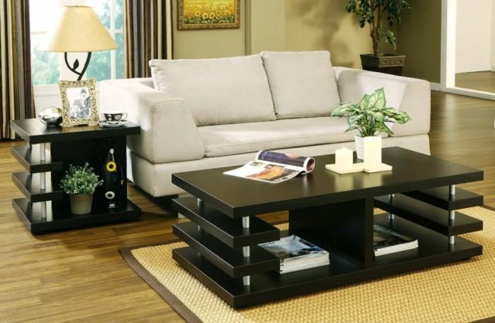 modernes-sofa-und-schwarzer-nesttisch-mit-schönem-schmuck-im-wohnzimmer