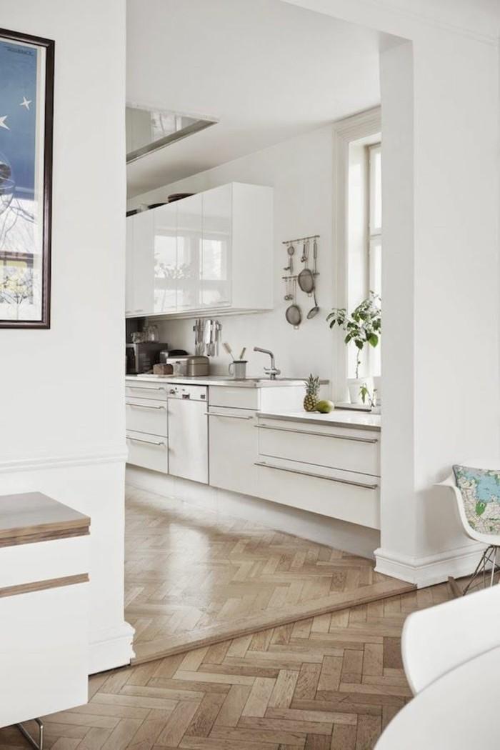modernes-weißes-Küchen-Interieur-Parkett