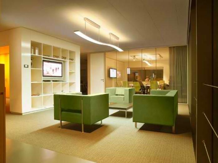 modernes-wohnzimmer-mit-grünen-möbeln-tolle-beleuchtung