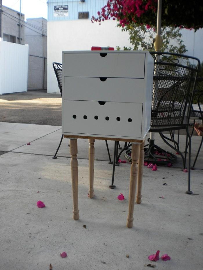 nachttisch-selber-bauen-kreatives-modell-draußen-gestellt