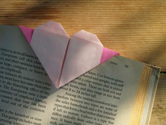 origami-herz-in-rosiger-farbe-lesezeichen-ideen