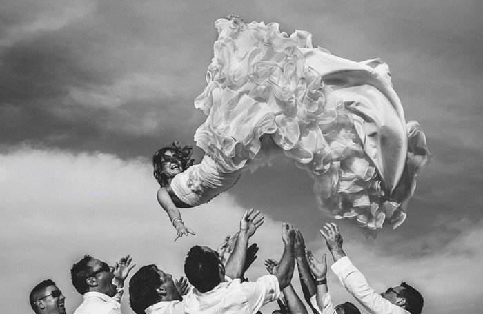 originelle-Hochzeitsbilder-Braut-Sprung-lustige-Idee