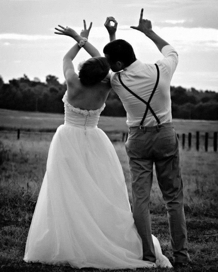 originelle-Hochzeitsbilder-Brautpaar-Fingersymbole-Love