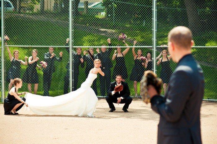originelle-Hochzeitsbilder-Brautpaar-spielend-Baseball
