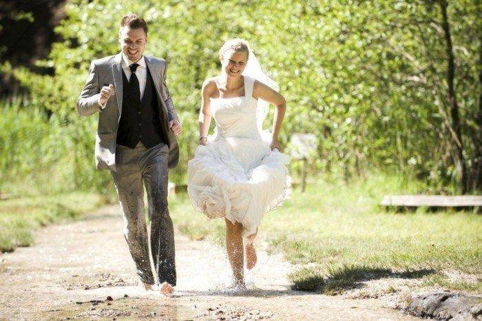 originelle-Hochzeitsbilder-Ideen-Lauf-durch-die-Pfütze
