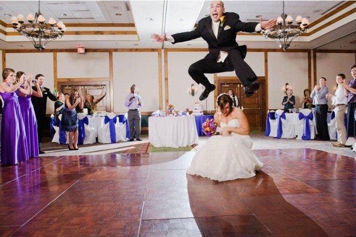 originelle-Hochzeitsbilder-der-Bräutigam-springt-über-die-Braut