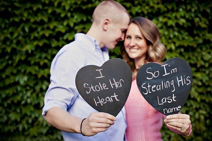 originelle-Hochzeitsfotografie-Aufschriften-auf-Herzen