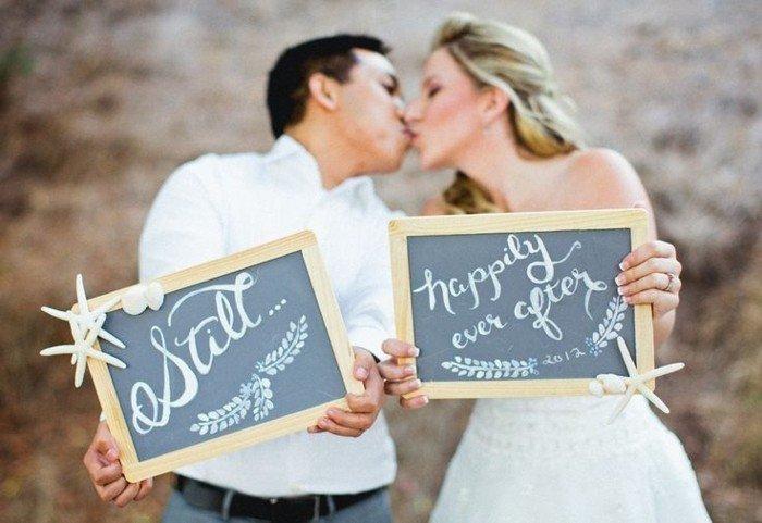 originelle-Hochzeitsfotografie-Brautpaar-mit-Aufschriften