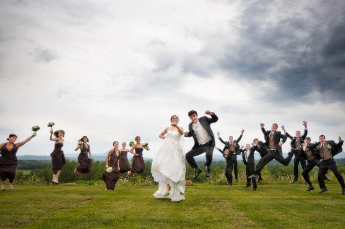 originelle-Hochzeitsfotos-Ideen-springende-Brautleute-und-Gäste