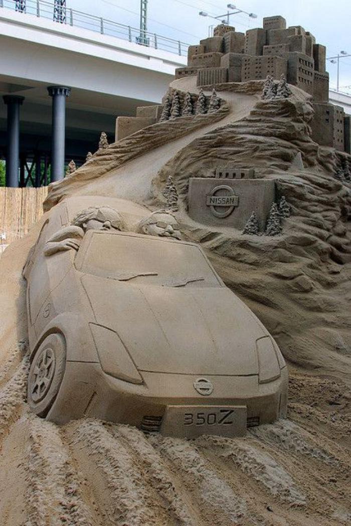 originelle-Sandskulptur-von-Nissan-Auto-auf-der-Rennstrecke