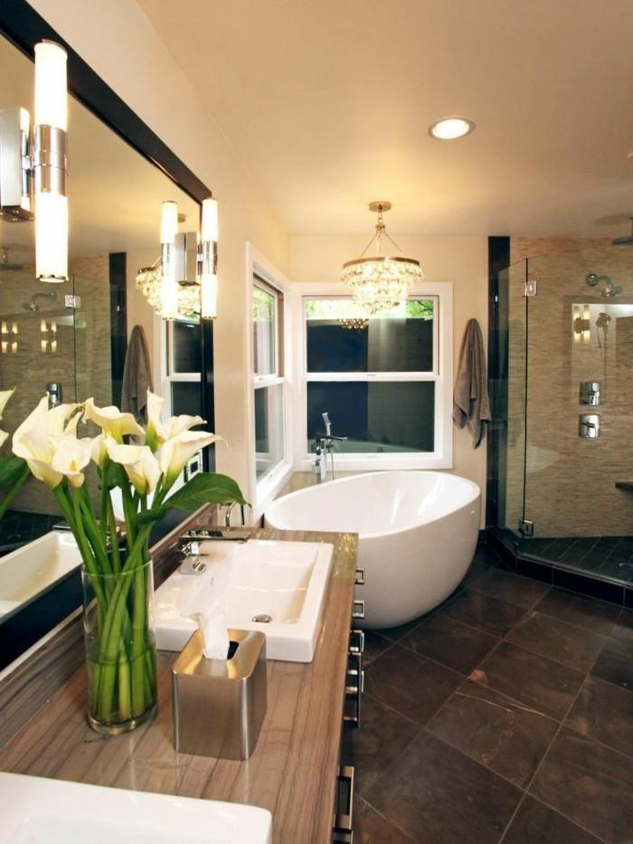 originelle-badideen-moderne-badewanne-sehr-großer-spiegel