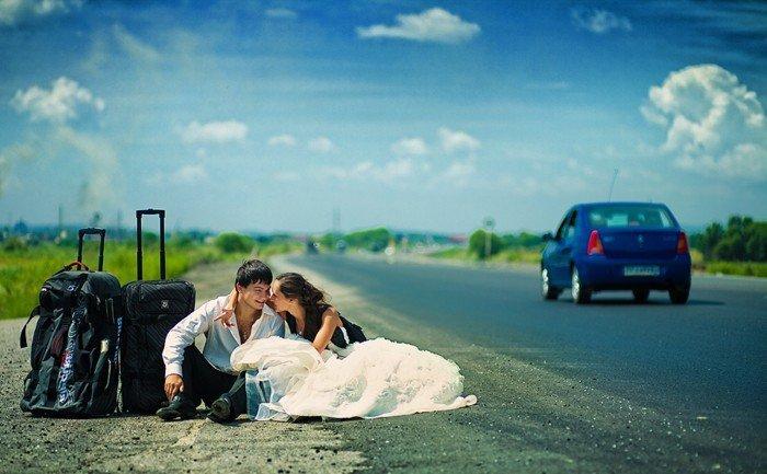 originelles-Hochzeitsbild-Brautleute-Gepäck-Hitchhiking