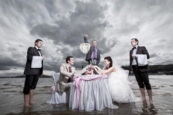 originelle-Hochzeitsbilder-Abendessen-im-Meer
