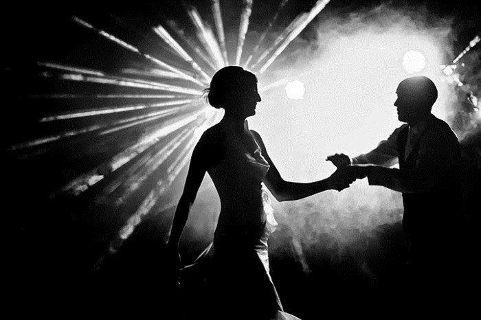 originelles-schwarz-weißes-Hochzeitsbild-Tanz-unter-den-Lichten