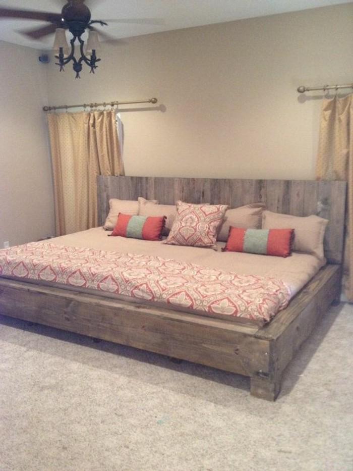 palletten-möbel-interessante-dekokissen-auf-dem-bett