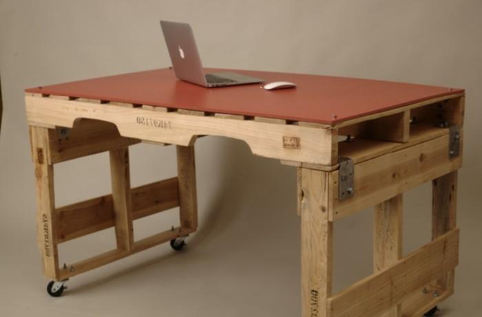 palletten-möbel-unikales-design-schreibtisch-laptop-darauf