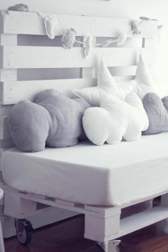 palletten-möbel-weißes-modell-mit-dekokissen