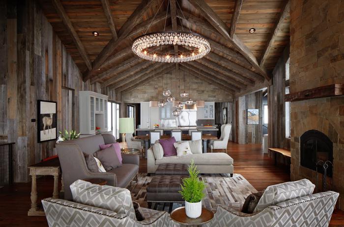 räumliche-Wohnung-in-rustikalem-Stil-Kristall-Kronleuchter