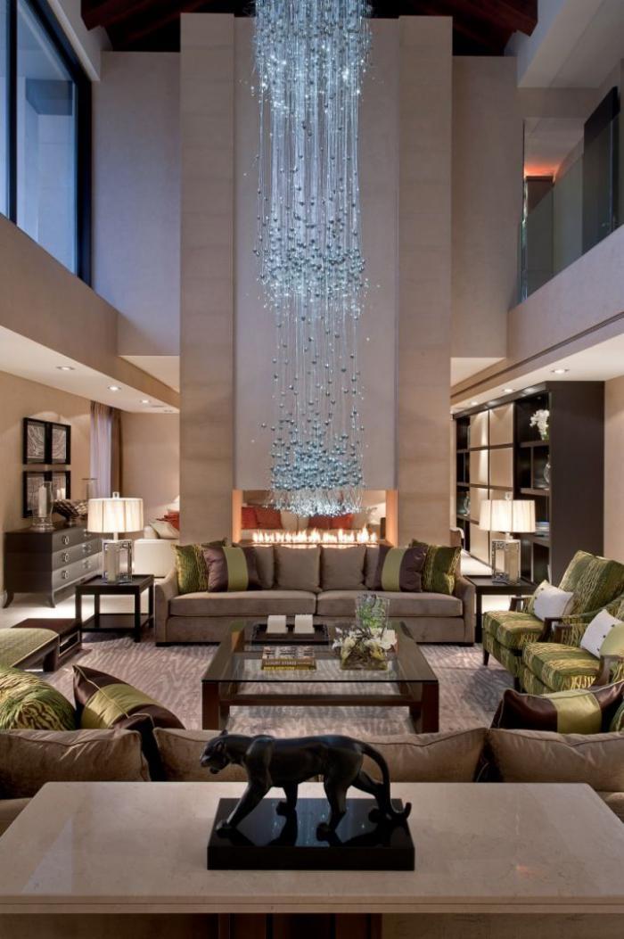 räumliche-luxuriöse-Wohnung-extravagante-Beleuchtung-prachtvolle-Komposition-aus-Kristall-Leuchten