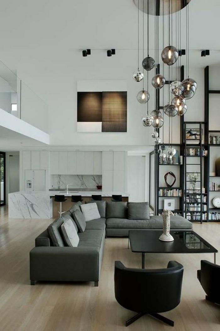 räumliche-zweistöckige-Wohnung-weiße-Wände-dunkle-Möbel