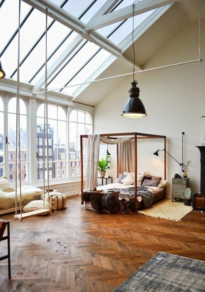 räumliches-Zimmer-bequemes-Bett-Möbel-aus-Paletten-DIY-Schaukel-schöner-Ausblick-große-industrielle-Lampe-Parkettboden
