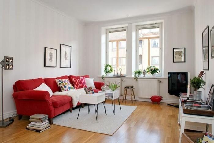räumliches-Zimmer-weiße-Wände-große-rote-Couch