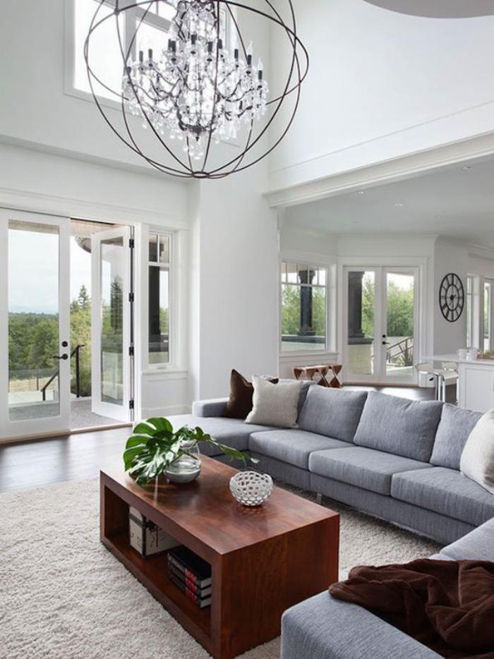 räumliches-gemütliches-Wohnzimmer-moderner-Kronleuchter