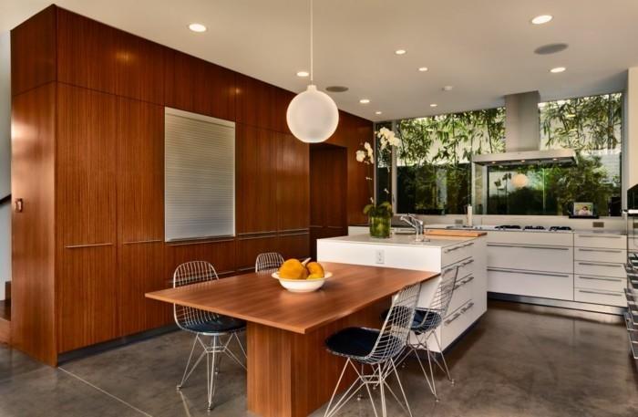 raumgestaltung-große-interessante-küche-mit-moderner-arbeitsfläche-und-schöner-beleuchtung