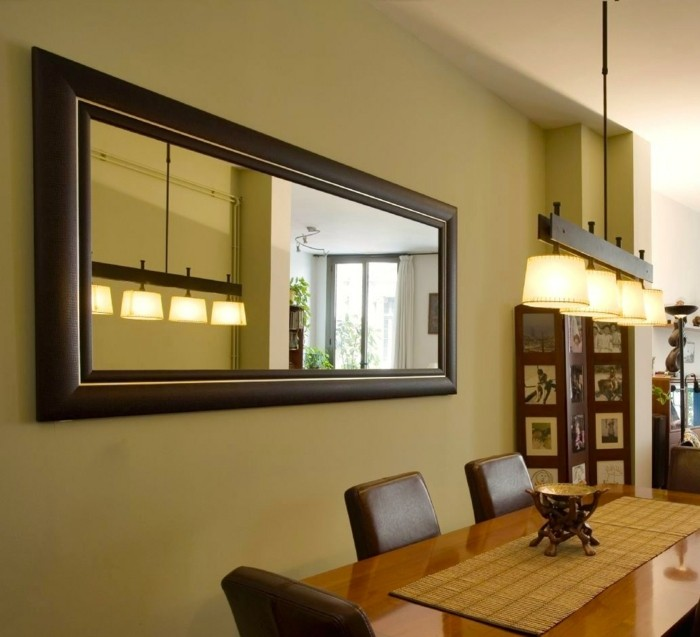raumgestaltung-mit-modernem-spiegel-an-der-wand-und-großer-tisch