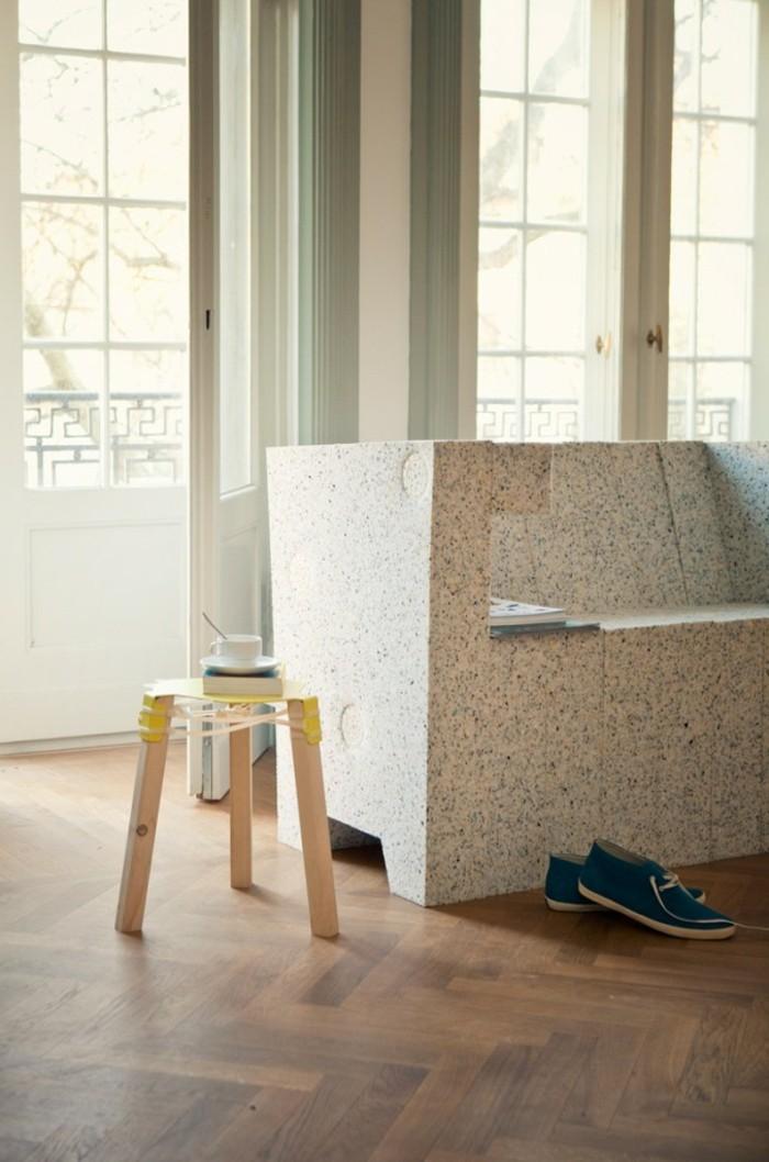 einzigartiges modell beistelltisch neben einem sofa - recycling möbel