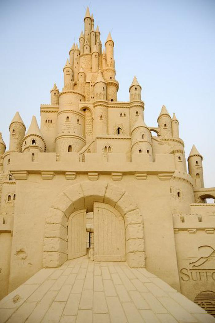 riesiger-Schloss-gemacht-aus-Sand