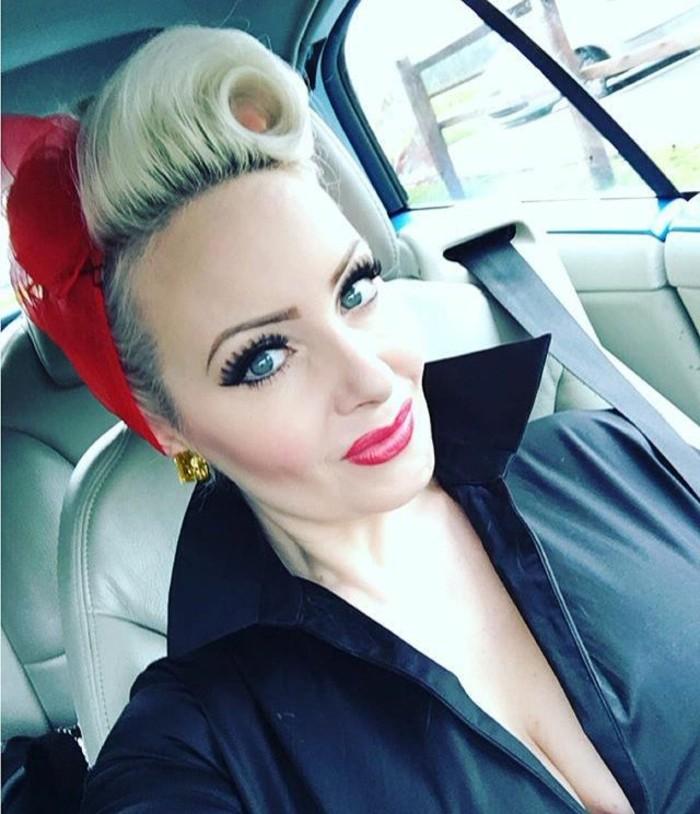rock-n-roll-frisur-schicke-blonde-haare-mit-einem-roten-haarband