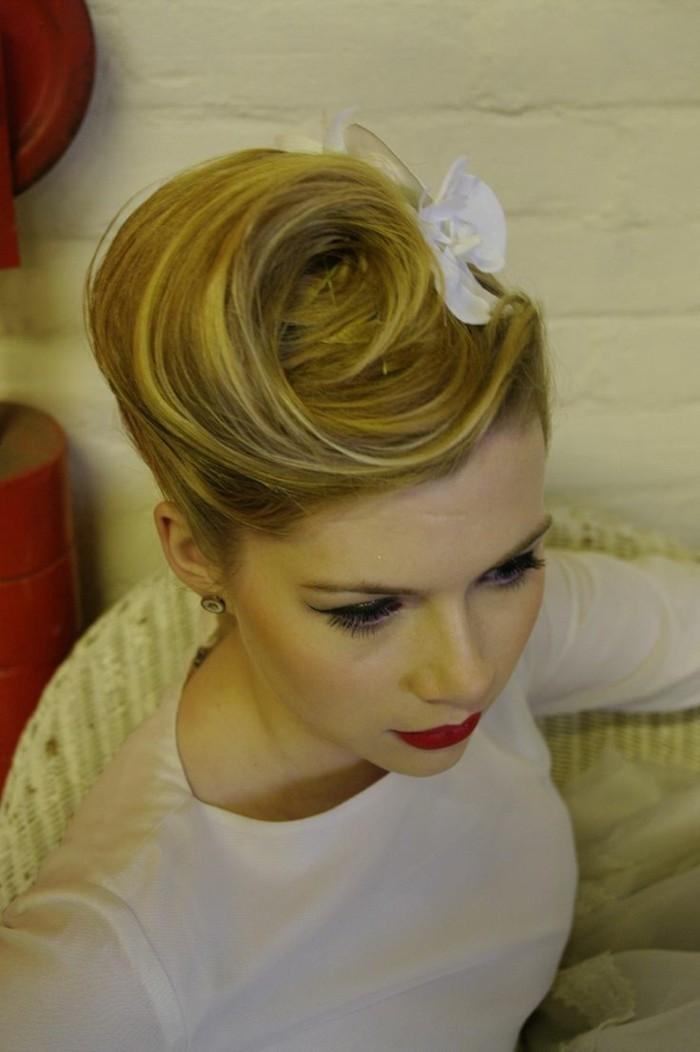 rockabilly-frisur-50er-style-interessante-lange-blonde-haare