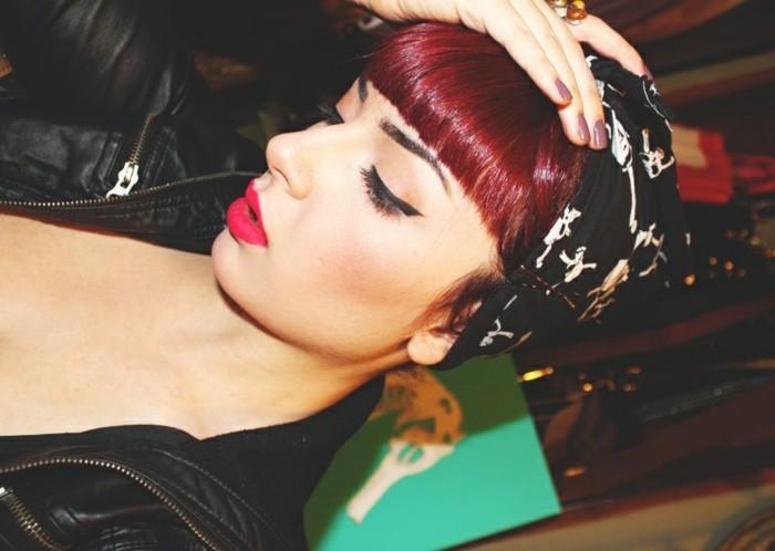 rockabilly-frisuren-50er-jahre-style-attraktives-und-interessantes-schminken-rote-haare-und-haarband