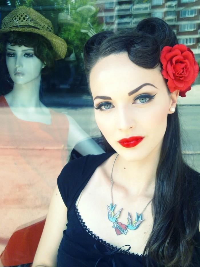 rockabilly-frisuren-50er-jahre-style-rote-blume-und-schönes-schminken