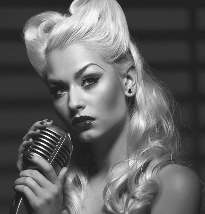 rockabilly-frisuren-herrliches-foto-von-einer-blonden-frau-in-schwarz-und-weiß