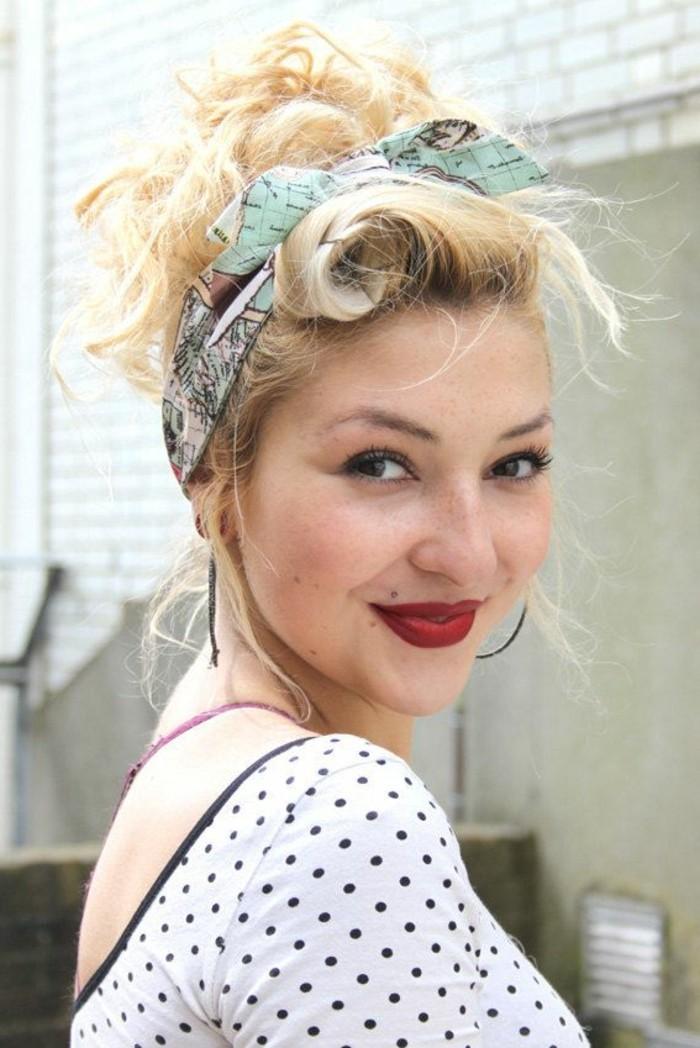 rockabilly-frisuren-süße-blonde-dame-mit-roten-lippen