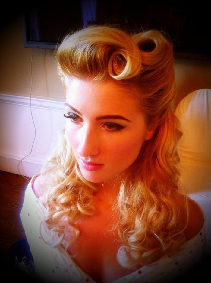 rockabilly-haare-schöne-blone-50er-frisur