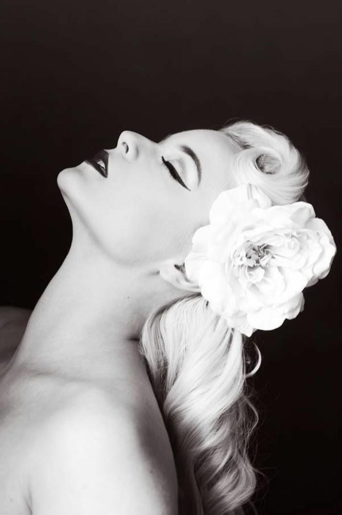 rockabilly-haarschnitt-interessante-blonde-haare-schwarzer-hintergrund