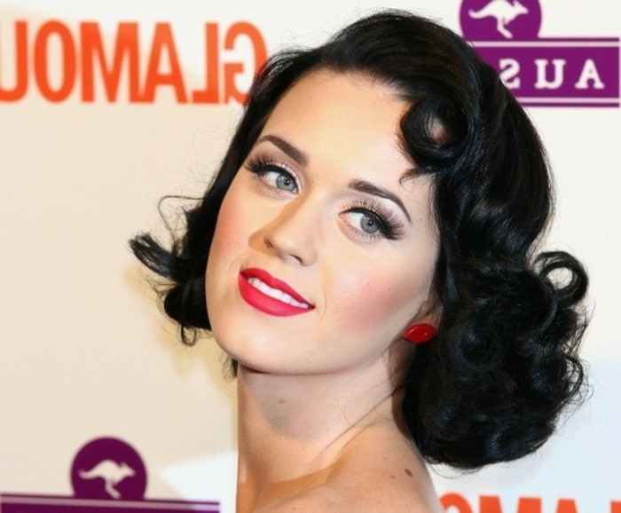 rockabilly-schminken-und-styling-rote-lippen-schwarze-haare
