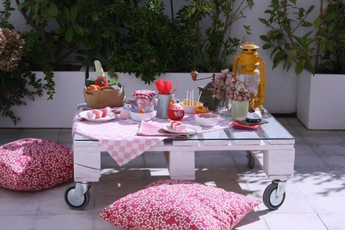rolltisch-design-bunte-kissen- europalette-möbel