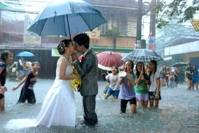 romantische-Hochzeitsfotos-Ideen-Kuss-im-Regen