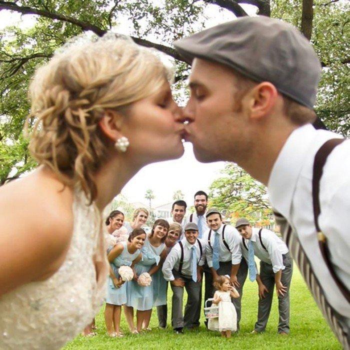romantische-Hochzeitsfotos-Kuss-vor-den-Freunden