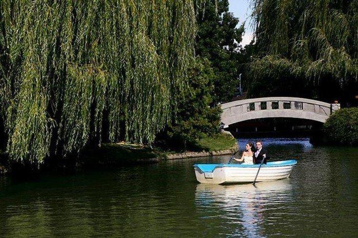 romantische-Hochzeitsfotos-Spaziergang-mit-dem-Boot